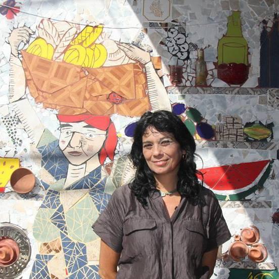 """Sandra Gularte, frente a su trabajo muralista """"La Pasera"""", en el legendario Almacén de Doña Pomposa"""